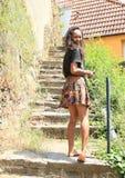 Dziewczyna wspinaczkowi schodki Zdjęcia Royalty Free