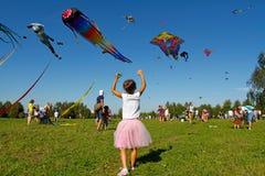 Dziewczyna wszczyna kanię w niebo przy kania festiwalem w Parkowym Tsaritsyno w Moskwa Obraz Royalty Free