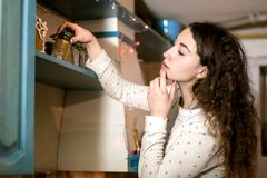 Dziewczyna wybiera flavouring Zdjęcie Stock