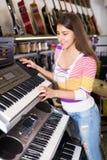 Dziewczyna wybiera kontrolną klawiaturę Obrazy Stock