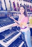 Dziewczyna wybiera kontrolną klawiaturę Zdjęcia Stock