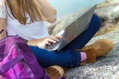 Dziewczyna wycieczkowicz z laptopem Obraz Royalty Free