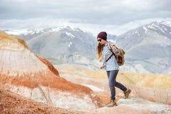 Dziewczyna wycieczkowicza chodzące czerwone góry Obraz Stock