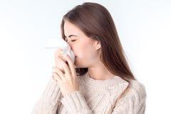 Dziewczyna wyciera jej nos chustkę zamyka twój oczy odizolowywa na białym tle obrazy stock