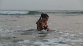 Dziewczyna wykonawcy tanczą akrobatycznych wyczyny kaskaderskich w wodzie zbiory wideo