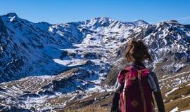Dziewczyna wyzwanie wysokie śnieżne góry zdjęcie stock