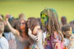 Dziewczyna wziąć daleko jej szkła Festiwal kolory Holi w Cheboksary, Chuvash republika, Rosja 05/28/2016 Obrazy Stock