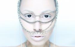 Dziewczyna z łańcuchem na jej twarzy w bielu Zdjęcia Royalty Free