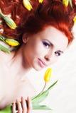 Dziewczyna z żółtym tulipanem Zdjęcie Royalty Free