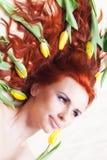 Dziewczyna z żółtym tulipanem fotografia royalty free