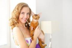 Dziewczyna z Abisyńskim kotem obraz royalty free