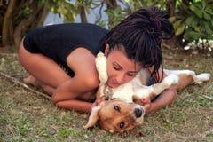 Dziewczyna która kocha jej psa Zdjęcia Royalty Free