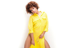 Dziewczyna z afro w kolor żółty sukni Zdjęcia Royalty Free
