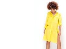 Dziewczyna z afro w kolor żółty sukni Zdjęcie Stock