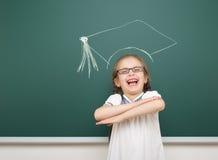 Dziewczyna z akademickim nakrętka rysunkiem na zarządzie szkoły Fotografia Royalty Free