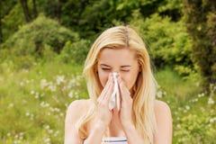 Dziewczyna z alergy dmuchaniem jej nos fotografia stock