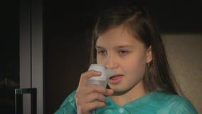 Dziewczyna z astma problemami robi inhalaci z maską na jej twarzy zdjęcie wideo