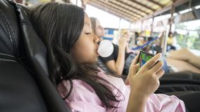 Dziewczyna z bąbla dziąsłem bawić się grę na telefonie Zdjęcia Royalty Free