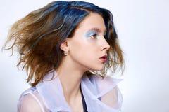 Dziewczyna z błękitnym makeup i farbującym włosy obraz stock