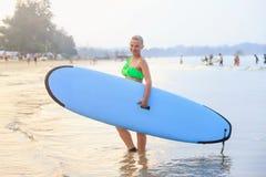 Dziewczyna z błękitnym surfboard zdjęcia stock