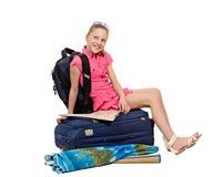 Dziewczyna z bagażu i mapy obsiadaniem na walizce Obraz Stock