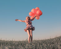 Dziewczyna z balonów skakać Zdjęcia Royalty Free