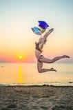 Dziewczyna z balonami na plaży Obrazy Stock