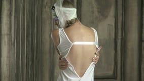 Dziewczyna z bandażującym klejeniem i głową kwitnie, tylni widok zbiory