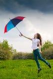 Dziewczyna z barwionym parasolem Fotografia Royalty Free