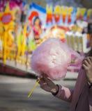 Dziewczyna z bawełnianym cukierkiem obraz royalty free