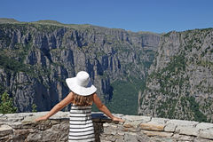 Dziewczyna z białym kapeluszem na punktu widzenia Vikos wąwozie Obraz Stock