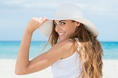 Dziewczyna Z Białym kapeluszem Przy plażą Zdjęcie Royalty Free