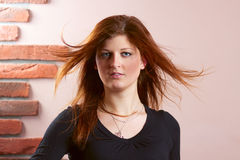 Dziewczyna z bieżącym czerwonym włosy Obrazy Stock