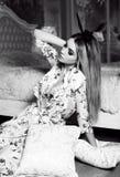 Dziewczyna z blondynem z królików ucho kapitałką, pozuje w sypialni Fotografia Stock
