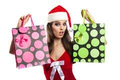 Dziewczyna z Bożenarodzeniowym zakupy w kapeluszu Święty Mikołaj Zdjęcia Royalty Free