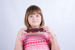 Dziewczyna z Bożenarodzeniowymi krakers Fotografia Stock