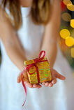 Dziewczyna z boże narodzenie prezentami Zdjęcie Stock