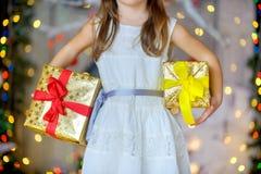 Dziewczyna z boże narodzenie prezentami Obraz Royalty Free