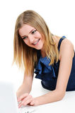 Dziewczyna z brasami target227_1_ na laptopie Fotografia Stock