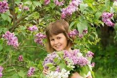 Dziewczyna z bukietem bzy Obrazy Royalty Free