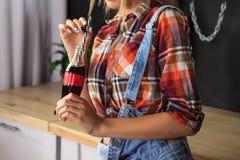 Dziewczyna z butelką lemoniada pije lemoniadę przez słomy fotografia stock