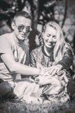 Dziewczyna z chłopakiem i jej łuskowaty psi plenerowy w lesie zdjęcie royalty free