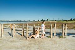 Dziewczyna z chłopiec przy lato weekendem Zdjęcie Stock