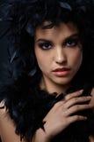 Dziewczyna z czarnym piórkowym boa Zdjęcia Stock