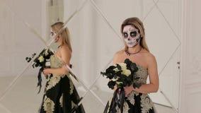 Dziewczyna z czernią kwitnie i makeup dla Halloweenowego trwaniego pobliskiego lustra zbiory
