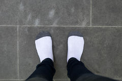 Dziewczyna z czerni spodniami i biała skarpety pozycja na białym tle Zdjęcie Stock