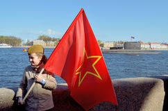 Dziewczyna z czerwoną flaga Fotografia Royalty Free