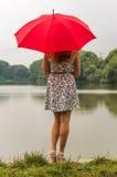 Dziewczyna z czerwonym parasolem Fotografia Royalty Free