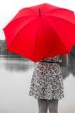 Dziewczyna z czerwonym parasolem Obraz Stock