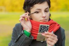 Dziewczyna z czerwonymi szalików spojrzeniami w lustrze Fotografia Royalty Free